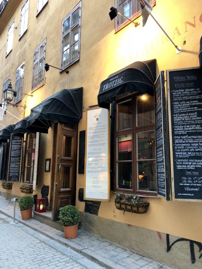 travel blogger restaurant guide